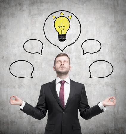 hombre pensando: El hombre está pensando en ideas de negocio