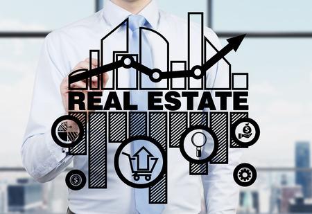 Makelaar is het tekenen van de grafiek van de vastgoedmarkt op het glazen scherm. Stockfoto