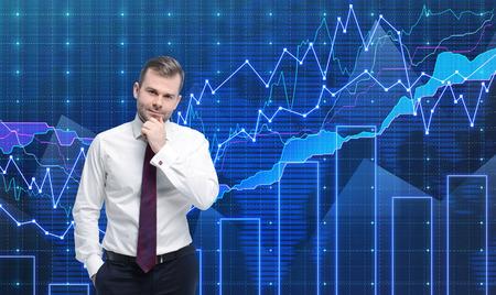 agente comercial: Comerciante está de pie delante de la gráfica de divisas. Una metáfora de la consultoría financiera internacional. Fondo azul.