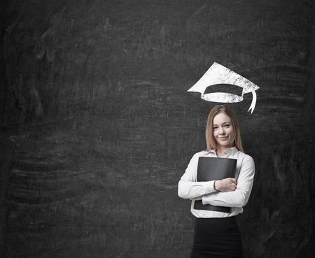 Mooie blonde zakelijke vrouw is na te denken over verdere bedrijfsleven het onderwijs. Stockfoto