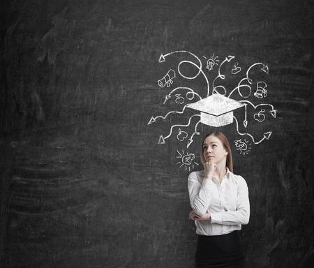 mujer pensando: Hermosa mujer rubia de negocios est� pensando en la educaci�n de negocios.