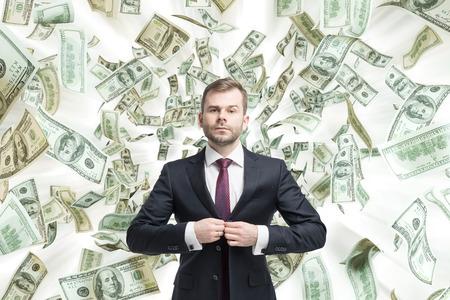 dollaro: Giovane uomo d'affari � in piedi sulle note del dollaro che cadono.