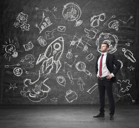 patron: Apuesto hombre de negocios confidente que está pensando en futuras oportunidades de negocio. Empresas optimización diagrama de flujo en la pared concierto.