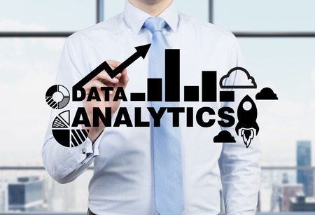 De zakenman is het tekenen analytics oplossing op de glazen scherm. New York panoramisch uitzicht op kantoor.