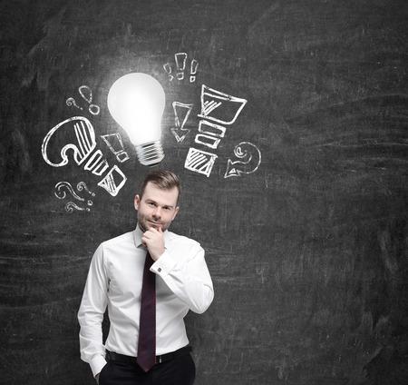 自信を持っているビジネスマンは、ビジネスの最適化対策について考えています。感嘆符と質問になって電球
