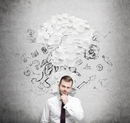 interrogativa: Hombre de negocios confidente est� pensando en el signo de interrogaci�n que consiste en las p�ginas del contrato. Fondo concreto.
