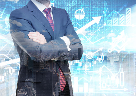 agente comercial: Analista con las manos cruzadas está de pie delante de los cálculos financieros digitales y predicciones sobre el fondo. Un concepto de las transacciones del mercado de capitales y las ofertas de la divisa. Foto de archivo