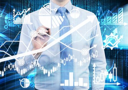 Analista está llegando a los cálculos financieros y predicciones en la pantalla de cristal. Los gráficos, tablas y flechas por todas partes. Un concepto de mercado de divisas. Foto de archivo - 41118191
