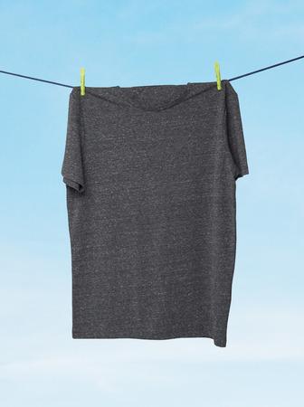 ahorcada: Cerca de un gris oscuro camisetas de la cuerda. Nublado el cielo de fondo.