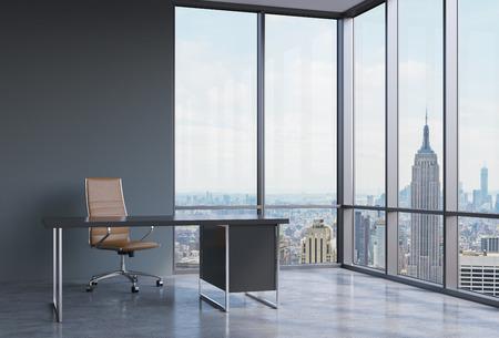 ejecutivo en oficina: Un lugar de trabajo en una oficina panorámica esquina moderno en Nueva York, Manhattan. Una silla de cuero marrón y una mesa de negro. Un concepto de servicios de consultoría financiera. Representación 3D.