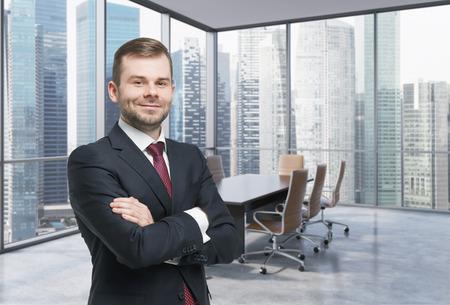 Zelfverzekerd consultant in een hoek conferentieruimte. Moderne kantoor met grote ramen en verbazingwekkende Singaporees zakenwijk panoramisch uitzicht.
