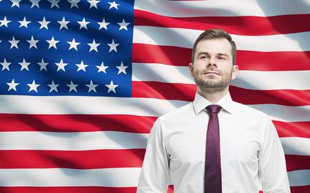 verenigde staten vlag: Zekere glimlachende zakenman. Verenigde Staten vlag als achtergrond.