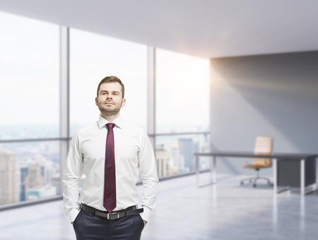 administrador de empresas: Hombre de negocios confidente con las manos en los bolsillos. Oficina panor�mica moderna con grandes ventanales. Nueva York Vista ..