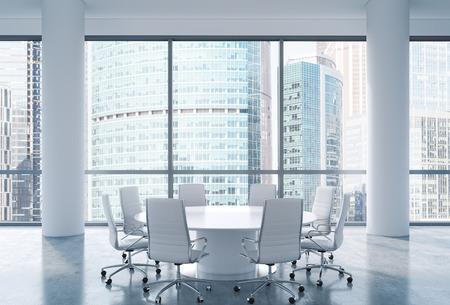 mobiliario de oficina: Sala de conferencias panorámica en la oficina moderna, vista de Moscú Centro Internacional de Negocios. Sillas blancas y una mesa redonda blanco. Representación 3D.
