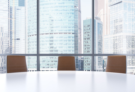 Panoramische zaal in het moderne kantoor, Moscow-City view. Close-up van de bruine stoelen en een witte ronde tafel. 3D-rendering.