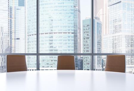 sala conferenze panoramica in ufficio moderno, vista Moscow International Business Center. Primo piano delle sedie marroni e una tavola rotonda bianca. il rendering 3D. Archivio Fotografico