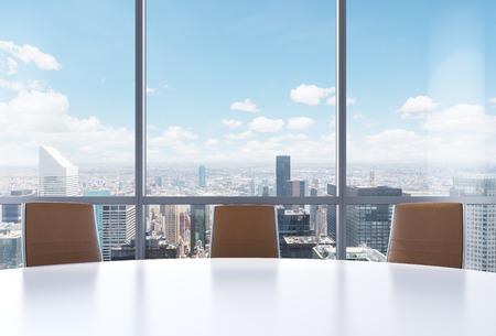Panoramische zaal in het moderne kantoor, New York uitzicht op de stad vanuit de ramen. Close-up van de bruine stoelen en een witte ronde tafel. 3D-rendering.