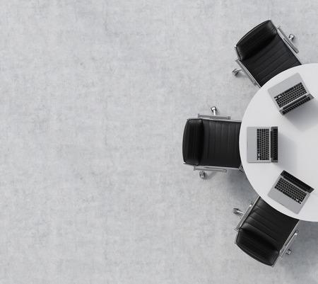 Bovenaanzicht van de helft van de vergaderzaal. Een witte ronde tafel, drie zwarte lederen stoelen. Drie laptops op tafel. Office inter. 3D-rendering. Stockfoto