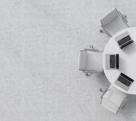 Bovenaanzicht van de helft van de vergaderzaal. Een witte ronde tafel, drie witte lederen stoelen. Drie laptops op tafel. Kantoor interieur. 3D-rendering.
