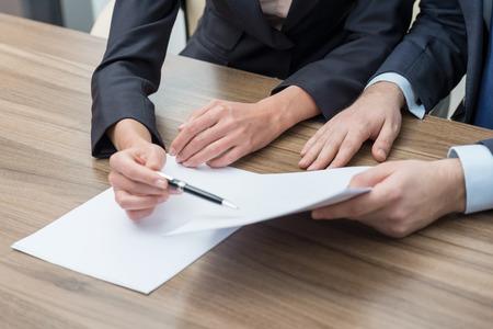 entreprise: collègues d'affaires travaillent sur les documents. Tonique filtre.