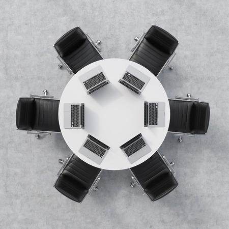 muebles de oficina: Vista superior de una sala de conferencias. Una mesa redonda blanca, seis sillas. Seis ordenadores portátiles están sobre la mesa. Interior de la oficina. representación 3D.