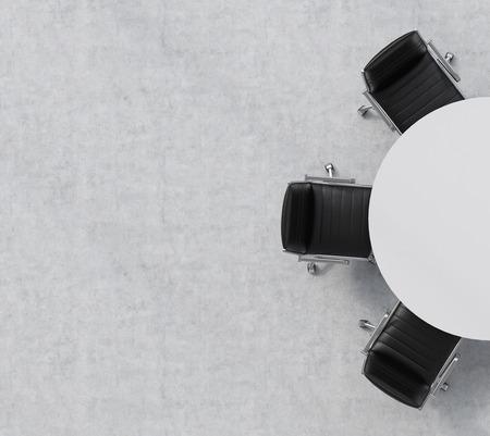 Bovenaanzicht van de helft van de vergaderzaal. Een witte ronde tafel, drie zwarte lederen stoelen. Kantoor interieur. 3D-rendering. Stockfoto