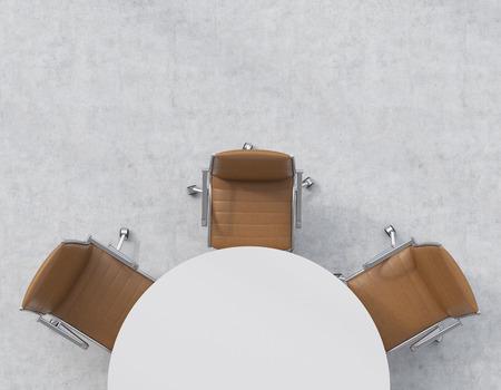 Bovenaanzicht van de helft van de vergaderzaal. Een witte ronde tafel, drie bruine lederen stoelen. Kantoor interieur. 3D-rendering.