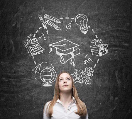 Jeune belle dame pense à l'étude et l'obtention du diplôme.