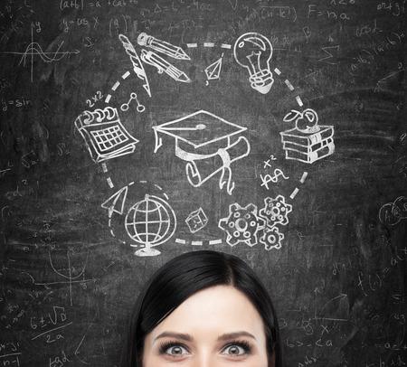 graduacion: Un frente de la dama morena que piensa estudiar y graduarse. Iconos educativos se dibujan en la pizarra negro.