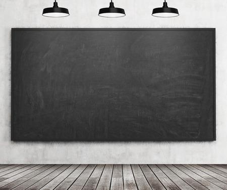 Une salle élégante avec tableau noir sur le mur, le plancher en bois et trois lumières de plafond. Salle de classe. rendu 3D.