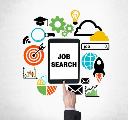 Een vinger druk op de knop op de tablet om nieuwe vacatures te vinden. Op zoek naar een baan in het internet. Het concept van het zoeken job en technologie. Stage en graduate programma's. Stockfoto