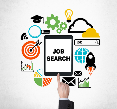 conclusion: Un dedo presiona el botón de la tableta para encontrar nuevas ofertas de empleo. Buscando un trabajo en Internet. El concepto de la búsqueda de empleo y la tecnología. Programas de prácticas y de posgrado.