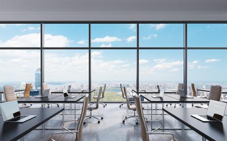 Les lieux de travail dans un bureau panoramique moderne, New York vue sur la ville depuis les fenêtres. Espace ouvert. Tables et chaises blanches en cuir marron. Un concept de services de consultation financière. Rendu 3D.