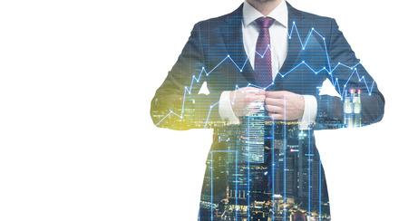 공식적인 양복에 남자의 투명 한 실루엣. 뉴욕시 저녁의 파노라마입니다. 금융 차트 위에 실루엣입니다.