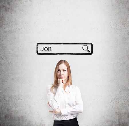 puesto de trabajo: Señora hermosa en ropa formal está pensando en la mejor manera de encontrar un trabajo. El concepto de la búsqueda de un puesto de trabajo en Internet. Buscando línea se dibuja en la pared de hormigón.