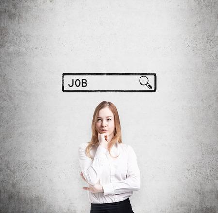 Senhora bonita na roupa formal está pensando sobre a melhor maneira de encontrar um emprego. O conceito da procura de um emprego na Internet. Pesquisando linha são desenhadas na parede de concreto.