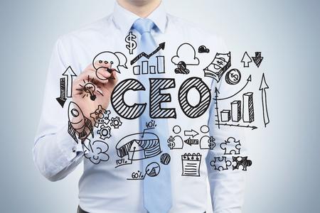 gobierno corporativo: Un empleado ambicioso est� dibujando un gr�fico de gobierno corporativo en la pantalla de vidrio. Un director general est� en una parte central de la tabla. Un fondo de color azul claro. Foto de archivo