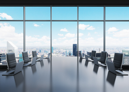 Une salle de conférence équipée d'ordinateurs portables modernes dans un bureau panoramique moderne à New York. chaises en cuir noir. rendu 3D.