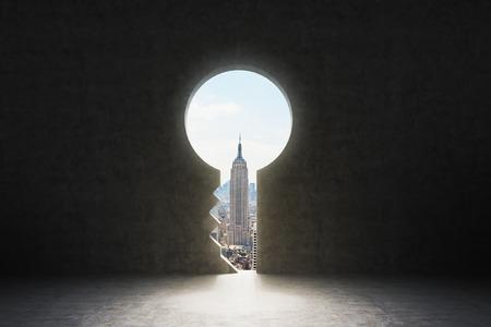 Een sleutelgat in de betonnen wand. New York City te zien in het gat.