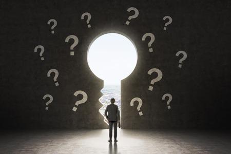 Un trou de la serrure dans le mur de béton. Un homme d'affaires habillée en costume formel est à la recherche à New York City dans le trou. Il ya des points d'interrogation dessiné autour du trou.