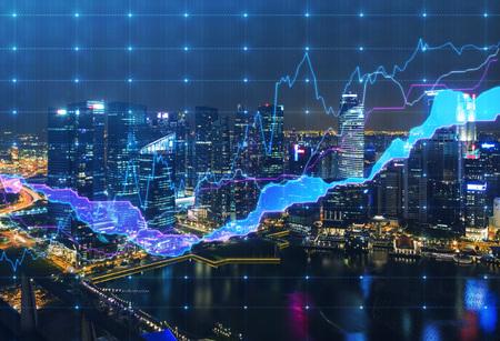 Vue panoramique soir à New York avec le tableau financier numérique. Un concept des services financiers professionnels. Banque d'images