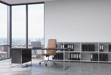 ニューヨーク市を見渡せるモダンなコーナー パノラマ オフィスの CEO 職場。ノート パソコン、茶色の革椅子黒ドキュメント フォルダーと本棚と黒