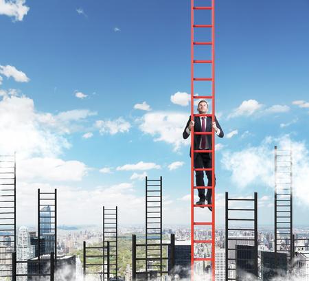 escaleras: Un concepto de la competencia, y la resolución de problemas. Un hombre de negocios choses la escalera adecuada para lograr el éxito en la carrera. Nueva York vista a la ciudad. Foto de archivo