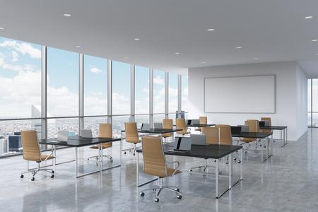 Collectieve werkplekken voorzien van moderne laptops in een moderne panoramische kantoor in New York City. Bruin lederen stoelen en een zwarte tafels, een grote whiteboard op de muur. 3D-rendering.