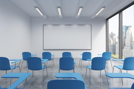 Een klaslokaal of presentatie kamer in een moderne universiteit of fancy kantoor. Blauwe stoelen, een whiteboard op de muur en panoramische ramen met uitzicht op New York. 3D-rendering.