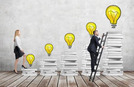 여자는 남자가 교육을받을 수있는 바로 가기를 발견하면서 졸업 모자에 도달하는 화이트 책 만들어진 계단을 사용하여 것입니다. 노란색 전구는 콘크 스톡 콘텐츠