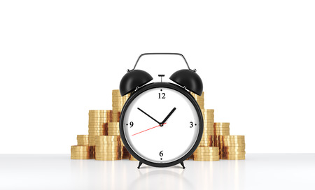 despertador: Un reloj de alarma está en el primer plano y las monedas de oro que están en el fondo. Un concepto de la gestión del tiempo o de los servicios de facturación en compañía legal o consulta. representación 3D. Foto de archivo