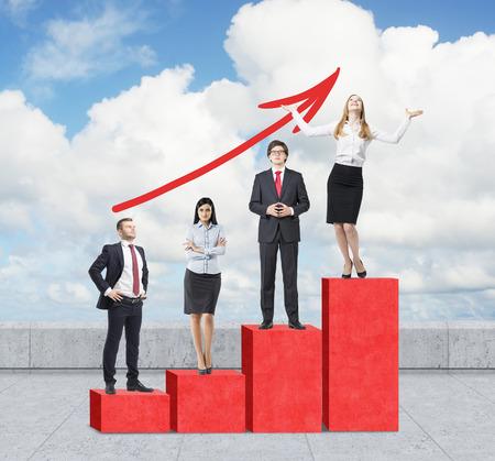 Treppen als riesige rote Balkendiagramm sind auf dem Dach. Geschäftsleute, die auf jedem Schritt als ein Konzept der Reihe von Problemen oder Ebenen der Verantwortung stehen. Eine wachsende rote Pfeil ist über bewölkten Himmel.