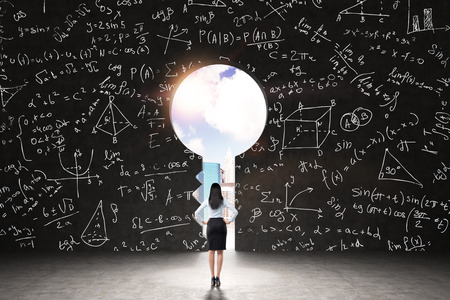 그린 수학 공식과 기하학적 수치와 검은 벽에 키 구멍. 열쇠 구멍에 뉴욕시보기. 일부 분석 문제의 해결의 개념입니다. 스톡 콘텐츠
