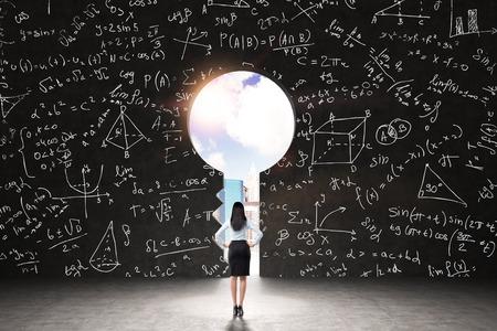 matematicas: Un ojo de la cerradura en la pared negro con fórmulas matemáticas y figuras geométricas dibujadas. Opinión de la ciudad de Nueva York en el ojo de la cerradura. Un concepto de una solución de algún problema de análisis.